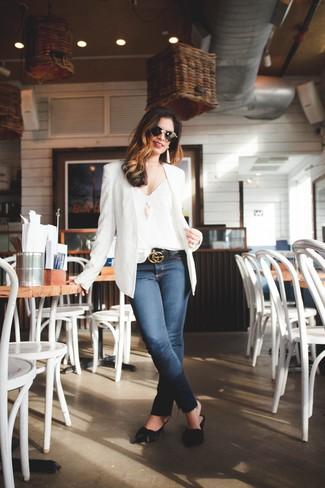 Wie kombinieren: weißes Sakko, weißes Seide Trägershirt, dunkelblaue enge Jeans, schwarze Leder Pantoletten