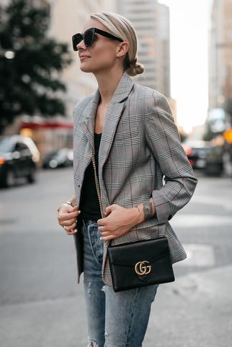 Wie kombinieren: graues Sakko mit Schottenmuster, schwarzes Trägershirt, blaue enge Jeans mit Destroyed-Effekten, schwarze Leder Umhängetasche