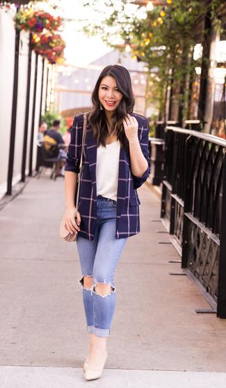 Wie kombinieren: dunkelblaues Sakko mit Karomuster, weißes Spitze Trägershirt, hellblaue enge Jeans mit Destroyed-Effekten, hellbeige Leder Pumps