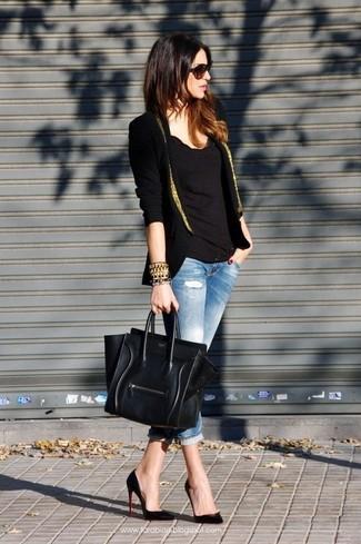 Entscheiden Sie sich für ein schwarzes und goldenes Sakko und hellblauen enge Jeans mit Destroyed-Effekten, um einen schicken, glamurösen Look zu erhalten. Putzen Sie Ihr Outfit mit schwarzen Leder Pumps.