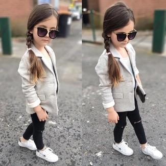 Wie kombinieren: graues Sakko, weißes Trägershirt, schwarze Jeans, weiße Turnschuhe
