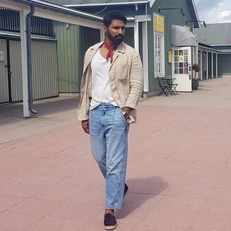 Hellblaue Jeans kombinieren – 139 Herren Outfits heiß Wetter: Paaren Sie ein hellbeige Leinen Sakko mit hellblauen Jeans für einen für die Arbeit geeigneten Look. Suchen Sie nach leichtem Schuhwerk? Entscheiden Sie sich für dunkelblauen Segeltuch Espadrilles für den Tag.