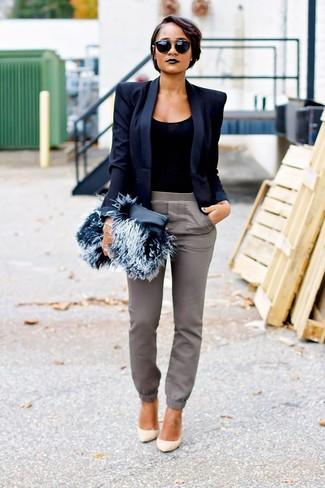 Schwarze Pelz Clutch kombinieren – 23 Damen Outfits: Um ein zeitgenössisches, entspanntes Outfit zu zaubern, sind ein dunkelblaues Sakko und eine schwarze Pelz Clutch ganz super geeignet. Dieses Outfit passt hervorragend zusammen mit hellbeige Leder Pumps.