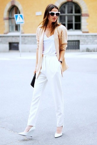 Wie kombinieren: hellbeige Sakko, weißes Trägershirt, weiße Karottenhose, weiße Keilpumps aus Leder