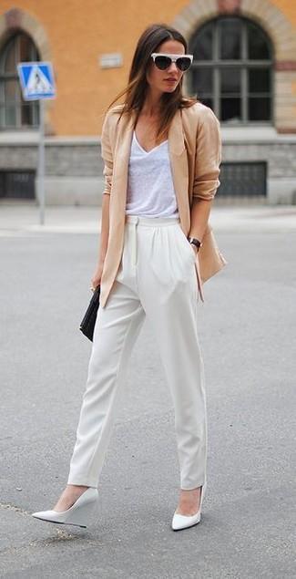 Wie kombinieren: beige Sakko, weißes Trägershirt, weiße Karottenhose, weiße Keilpumps aus Leder