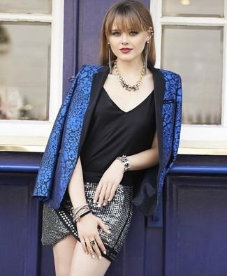 Wie kombinieren: blaues Sakko mit Blumenmuster, schwarzes Seide Trägershirt, silberner Paillette Minirock, goldene Halskette