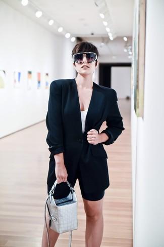 Wie kombinieren: schwarzes Sakko, weißes Trägershirt, schwarze Radlerhose, silberne Lederhandtasche