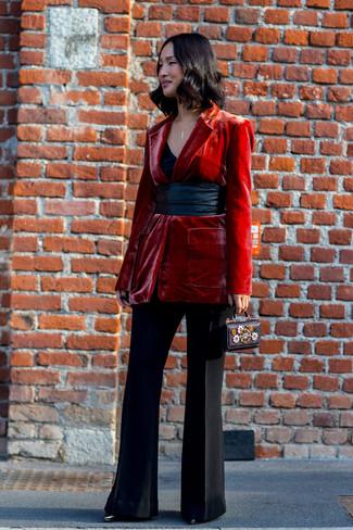 Wie kombinieren: rotes Samtsakko, schwarzes Trägershirt, schwarze Schlaghose, schwarze Leder Stiefeletten