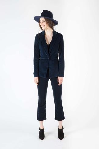 dunkelblaues Kordsakko, schwarzes Trägershirt, dunkelblaue Schlaghose aus Kord, schwarze Wildleder Stiefeletten für Damen