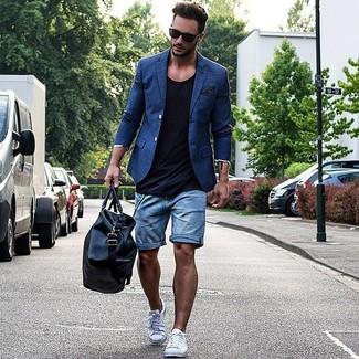 Wie kombinieren: blaues Sakko, schwarzes Trägershirt, blaue Jeansshorts, weiße niedrige Sneakers