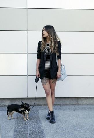 Wie kombinieren: schwarzes Sakko, schwarzes und weißes horizontal gestreiftes Trägershirt, schwarze Ledershorts, schwarze flache Stiefel mit einer Schnürung aus Leder