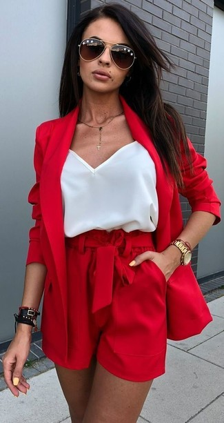 20 Jährige: Dunkelrote Shorts kombinieren – 7 Damen Outfits: Geben Sie den perfekten Casual-Stil ab in einem roten Sakko und dunkelroten Shorts.