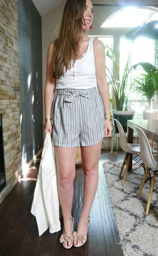 Wie kombinieren: weißes Sakko, weißes Trägershirt, graue vertikal gestreifte Shorts, hellbeige Keilsandaletten aus Leder