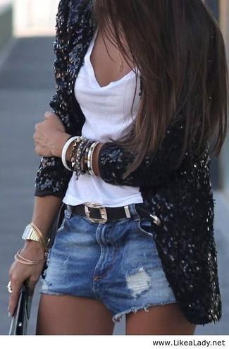 Wie kombinieren: schwarzes Paillettesakko, weißes Trägershirt, blaue Jeansshorts mit Destroyed-Effekten, schwarzer Ledergürtel
