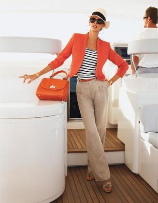 Wie kombinieren: orange Sakko, weißes und dunkelblaues horizontal gestreiftes Trägershirt, hellbeige Leinen weite Hose, hellbeige Keilsandaletten aus Leder