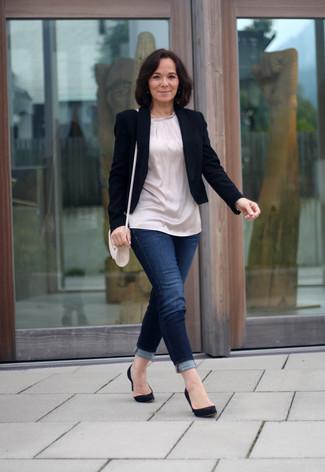 schwarzes Sakko, hellbeige Seidetunika, dunkelblaue enge Jeans, schwarze Wildleder Pumps für Damen