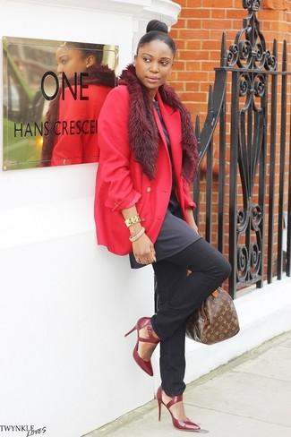 Wie kombinieren: rotes Sakko, dunkelgraue Tunika, schwarze Jeans, dunkelrote Leder Pumps
