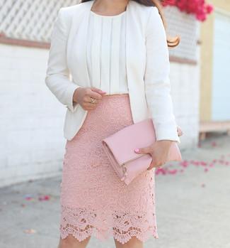 Weißes ärmelloses Oberteil aus Seide kombinieren: Möchten Sie einen interessanten Freizeit-Look zaubern, ist die Kombination aus einem weißen ärmellosem Oberteil aus Seide und einem rosa Spitze Bleistiftrock Ihre Wahl.