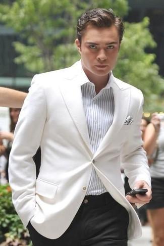 Wie kombinieren: weißes Sakko, weißes vertikal gestreiftes Businesshemd, schwarze Anzughose, weißes gepunktetes Einstecktuch