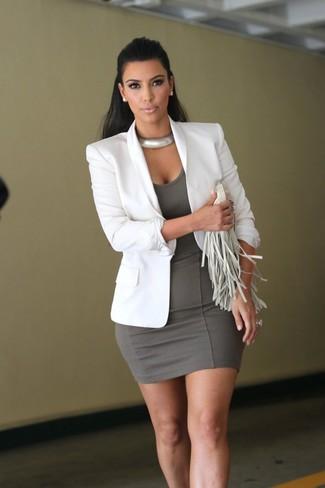 Wie kombinieren: weißes Sakko, graues figurbetontes Kleid, weiße Fransen Leder Clutch, silberne Halskette
