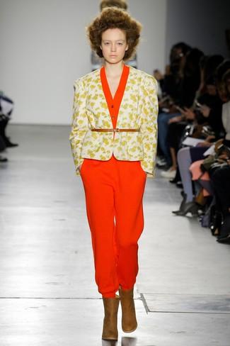 Wie kombinieren: weißes Sakko mit Blumenmuster, roter Jumpsuit, braune Leder Stiefeletten, beige Leder Taillengürtel