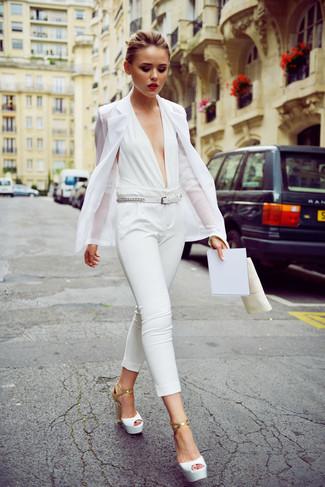 Wie kombinieren: weißes Sakko, weißer Jumpsuit, weiße Leder Sandaletten, weißer Ledergürtel