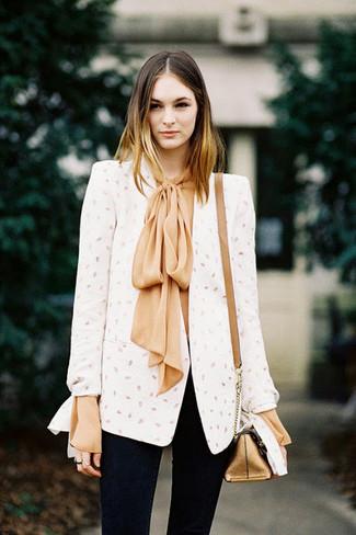 Wie kombinieren: weißes Sakko, beige Seide Langarmbluse, schwarze enge Jeans, goldene Leder Umhängetasche