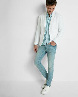 Wie kombinieren: weißes Sakko, hellblaues Langarmhemd, hellblaue Jeans, weiße Leder niedrige Sneakers