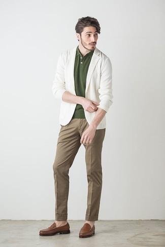 Braune Chinohose kombinieren: trends 2020: Paaren Sie ein weißes Sakko mit einer braunen Chinohose, wenn Sie einen gepflegten und stylischen Look wollen. Vervollständigen Sie Ihr Outfit mit braunen Leder Slippern, um Ihr Modebewusstsein zu zeigen.