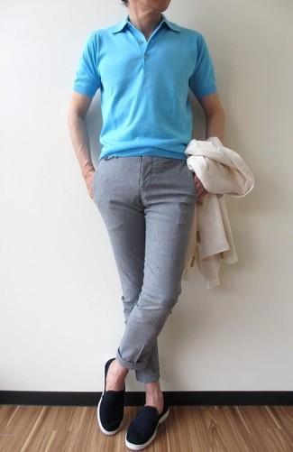 Wie kombinieren: weißes Sakko, türkises Polohemd, graue Anzughose, schwarze Slip-On Sneakers aus Wildleder