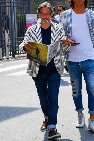 Weißes und dunkelblaues vertikal gestreiftes Sakko kombinieren: trends 2020: Kombinieren Sie ein weißes und dunkelblaues vertikal gestreiftes Sakko mit dunkelblauen Jeans für ein sonntägliches Mittagessen mit Freunden. Fühlen Sie sich mutig? Vervollständigen Sie Ihr Outfit mit schwarzen Leder niedrigen Sneakers.