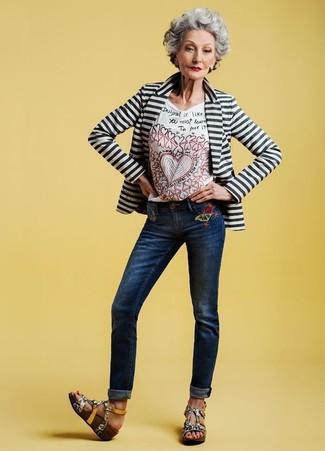 Wie kombinieren: weißes und schwarzes horizontal gestreiftes Sakko, weißes besticktes T-Shirt mit einem Rundhalsausschnitt, dunkelblaue bestickte Jeans, graue Keilsandaletten aus Leder mit Schlangenmuster
