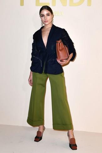 Rotbraune Shopper Tasche aus Leder kombinieren: trends 2020: Probieren Sie diese Paarung aus einem dunkelblauen Sakko und einer rotbraunen Shopper Tasche aus Leder, umeinen schönen Alltags-Look zu erhalten, der im Kleiderschrank der Frau auf keinen Fall fehlen darf. Komplettieren Sie Ihr Outfit mit rotbraunen Segeltuch Pumps.