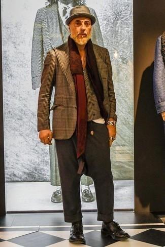 Dunkellila Leder Derby Schuhe kombinieren: trends 2020: Paaren Sie ein braunes Sakko mit Schottenmuster mit einer dunkelgrauen Anzughose für eine klassischen und verfeinerte Silhouette. Dunkellila Leder Derby Schuhe sind eine großartige Wahl, um dieses Outfit zu vervollständigen.