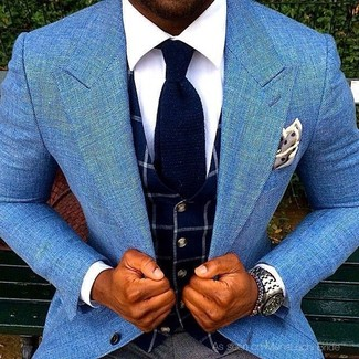 Wie kombinieren: hellblaues Sakko, dunkelblaue Weste mit Karomuster, weißes Businesshemd, dunkelgraue Anzughose