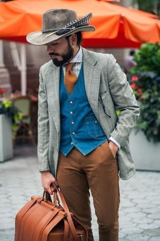 Wie kombinieren: graues Wollsakko mit Schottenmuster, blaue Jeansweste, hellblaues Businesshemd mit Schottenmuster, braune Chinohose