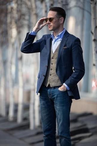 Wie kombinieren: dunkelblaues Sakko mit Karomuster, braune Wollweste, hellblaues Chambray Businesshemd, dunkelblaue Jeans