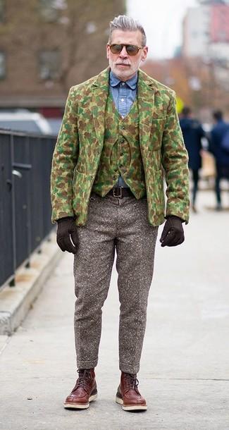 Nick Wooster trägt Olivgrünes Camouflage Wollsakko, Olivgrüne Camouflage Wollweste, Blaues Chambray Businesshemd, Braune Wollanzughose