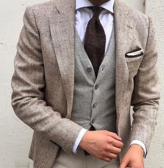 Wie kombinieren: hellbeige Leinen Sakko, graue Wollweste, weißes Businesshemd, hellbeige Anzughose