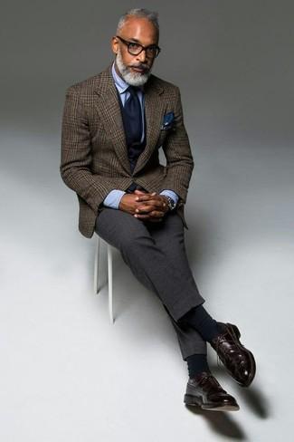 Wie kombinieren: braunes Wollsakko mit Schottenmuster, dunkelblaue Weste, hellblaues Businesshemd, dunkelgraue Wollanzughose