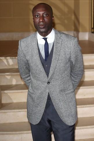 Dermot O'Leary trägt Graues Wollsakko, Dunkelgraue Weste, Weißes Businesshemd, Dunkelgraue Anzughose