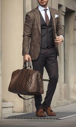 Braune Leder Reisetasche kombinieren: elegante Outfits: trends 2020: Für ein bequemes Couch-Outfit, paaren Sie ein braunes Wollsakko mit einer braunen Leder Reisetasche. Fügen Sie braunen Wildleder Slipper mit Quasten für ein unmittelbares Style-Upgrade zu Ihrem Look hinzu.