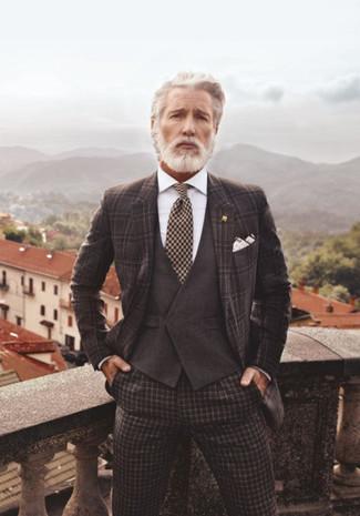 Wie kombinieren: dunkelbraunes Sakko mit Schottenmuster, dunkelbraune Weste, weißes Businesshemd, dunkelbraune Anzughose mit Karomuster
