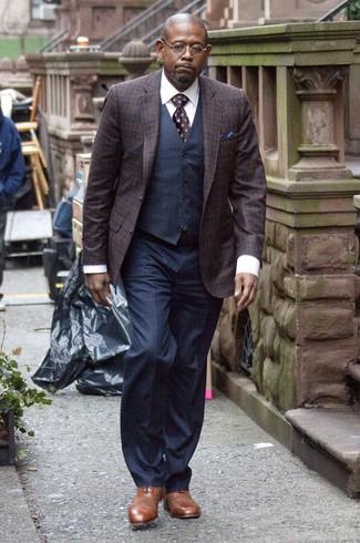 Wie kombinieren: dunkellila Sakko mit Schottenmuster, dunkelblaue Weste, weißes Businesshemd, dunkelblaue Anzughose