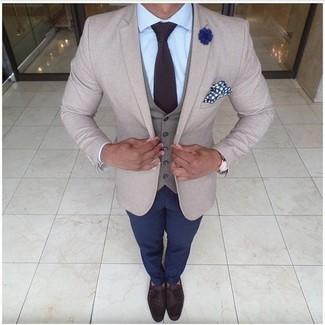 Wie kombinieren: hellbeige Sakko, graue Weste, hellblaues Businesshemd, dunkelblaue Chinohose