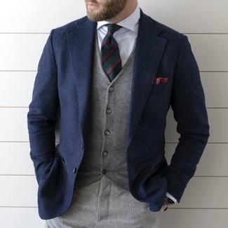 Wie kombinieren: dunkelblaues Wollsakko, graue Weste, weißes vertikal gestreiftes Businesshemd, graue Wollanzughose