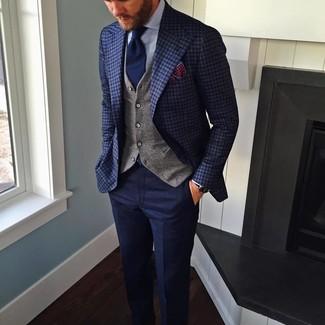 Wie kombinieren: dunkelblaues Sakko mit Karomuster, graue Weste, hellblaues Businesshemd, dunkelblaue Wollanzughose