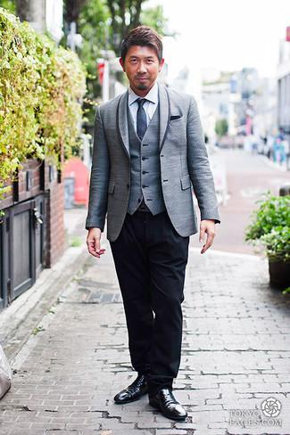 Wie kombinieren: graues Sakko, graue Weste, weißes Businesshemd, schwarze Anzughose