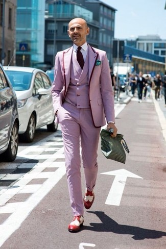 Wie kombinieren: rosa Sakko, rosa Weste, weißes Businesshemd, rosa Anzughose