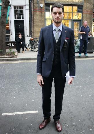 Wie kombinieren: dunkelgraues Sakko, schwarze Weste, graues Businesshemd, schwarze Anzughose